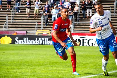 Walid Atta fick spela i backlinjen igen Foto: Samone Falkman